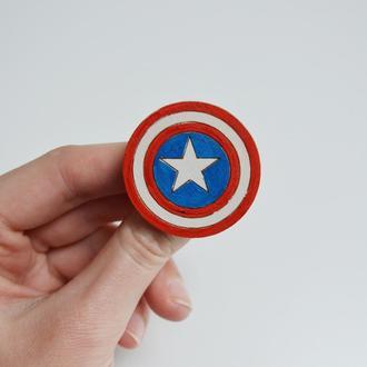 Деревянный значок Капитан Америка. Подарок для любителей комиксов