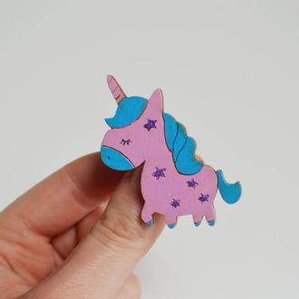 Деревянный значок-брошь Розовый единорог. Оригинальный подарок для девушки