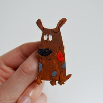 Деревянная брошка Коричневая собака. Оригинальный подарок