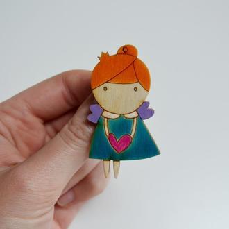 Деревянная брошка Девочка с сердцем. Оригинальный подарок