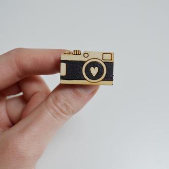 Деревянный значок Фотоаппарат. Подарок для фотографа