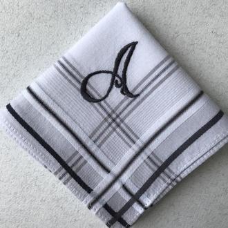 Мужской носовой платок с вышитым инициалом