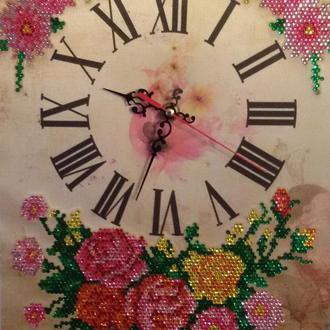 """Часы, выложенные алмазными стразами """"Корзинка с розами"""""""
