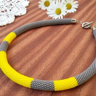 Серое с желтым минималистичное ожерелье жгут из бисера на каждый день