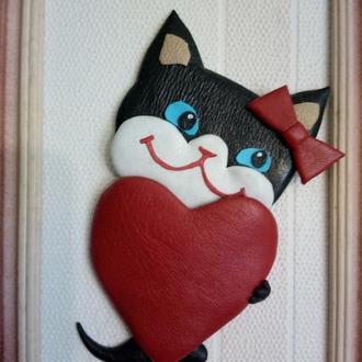 """Картинка из кожи """"Кошечка с сердцем"""""""