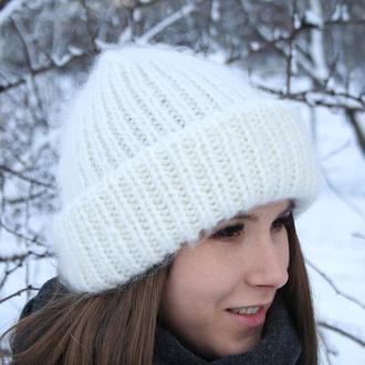 Вязаная шапочка в стиле такори белоснежная