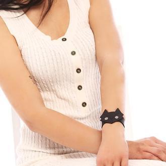 Кожаный браслет с черной кожаной фигуркой лисы посередине  от мастерской Wild