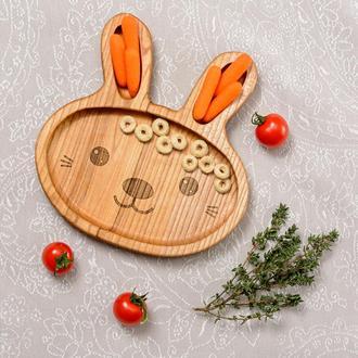Детская деревянная тарелка в виде зайки