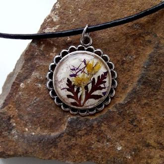 Кулон ручной работы из натуральных цветов и растений в ювелирной смоле.