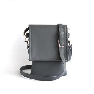 Маленькая серая сумка через плечо для документов и телефона