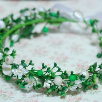 Ассиметричный венок веночек с цветами и зеленью