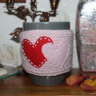 Чехол на чашку вязаный,грелка на кружку, теплушка с сердечками