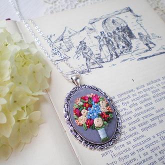 Кулон с цветами, миниатюрная вышивка шелковыми лентами