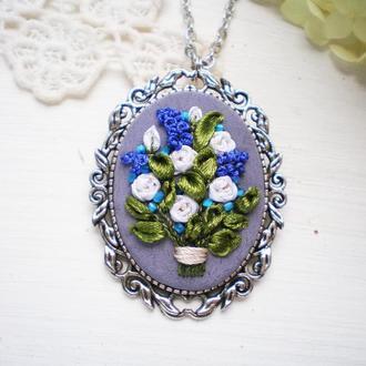 Кулон з квітами, мініатюрна вишивка шовковими стрічками, кулон-брошь с ирисами