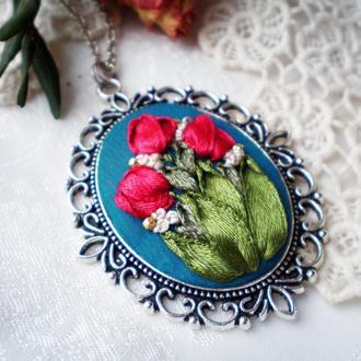 Кулон з квітами, мініатюрна вишивка шовковими стрічками, кулон с тюльпанами