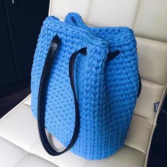 Вязаная женская сумка синего цвета