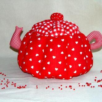 Красная грелка для чайника в сердечки
