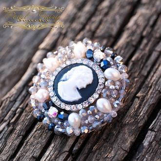 Брошь из натурального жемчуга и кристаллов с камеей круглая