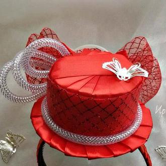 Красная шляпкана обруче