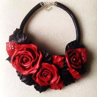 Колье из кожи с цветами роз