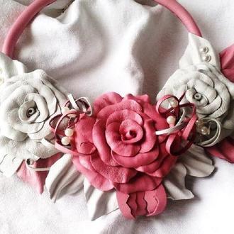 Колье из кожи с цветами роз и жемчужными бусинами