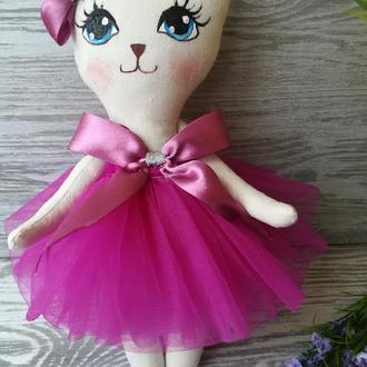 Игрушка кошка в платье цвета фуксии