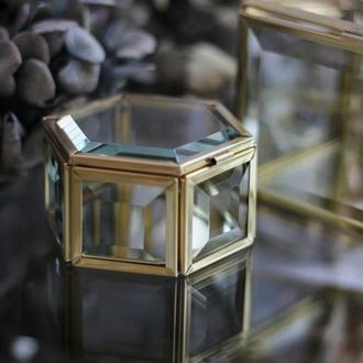 Шестиугольная шкатулка диаметром 8см, высотой 4см, в латунном профиле