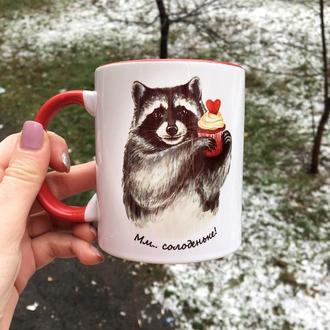 Чашка с авторским принтом «Енот-сладкоежка»