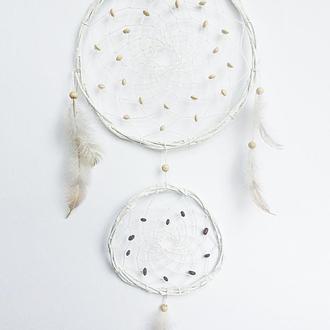 Белый ловец снов в стиле бохо.