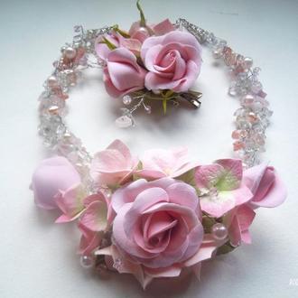 Комплект колье и брошь-заколка для волос с цветами и самоцветами в розовых тонах