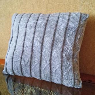 Диванная подушка декоративная вязаная серая с геометрическим узором