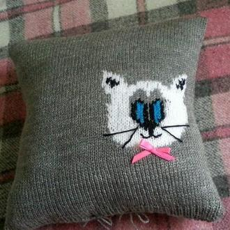 Декоративная подушка в наволочке ручной работы с котом