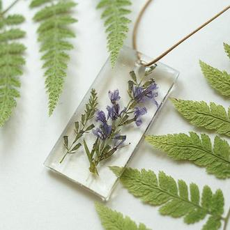 Прозрачный кулон с лесными цветами