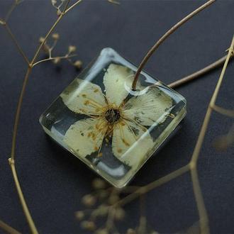 Прозрачный кулон с цветком