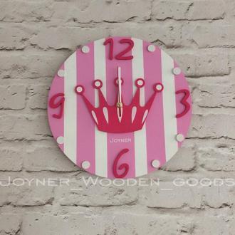Детские деревянные настенные часы Корона розовая