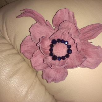 Красивая брошь-заколка из замша розового цвета