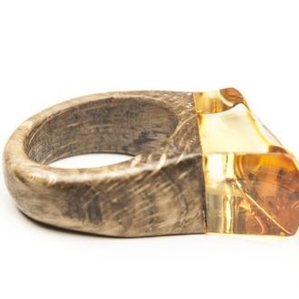 Янтарное кольцо с деревом дуб , Размер 17