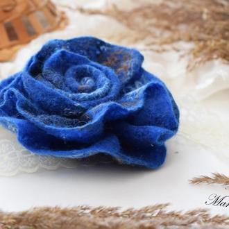 Брошка квітка синя троянда валяна із шeрсті войлок стильний подарунок ексклюзивний аксесуар