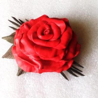 Брошь из кожи с цветком розы