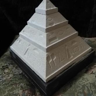 Пирамида Египетская  из песчаника .