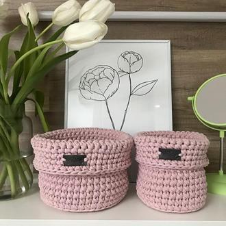 Набор нежно-розовых вязаных корзин органайзеров