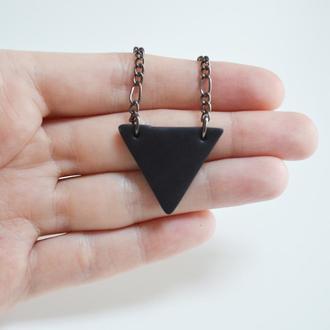 Кулон Треугольник. Черный цвет. Длина регулируется