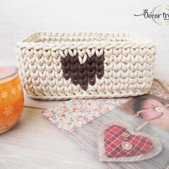 Вязаная корзинка с сердечком из шнура