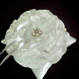 Неймовірно красива подушка для обручок у формі квітки.