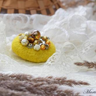 Брошка жовта валяна із шерсті стильний аксесуар розшита намистинами