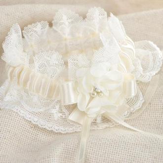 Подвязка невесты с цветком айвори