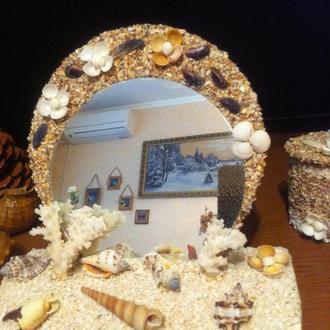 зеркало на подставке  декорированное  ракушками и кораллами