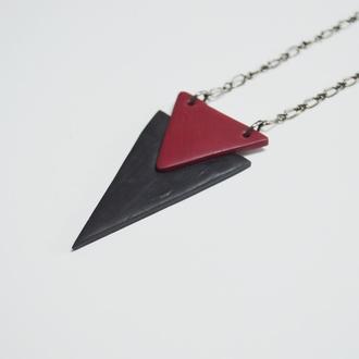 Кулон двойной треугольник черный+марсала. Длина регулируется