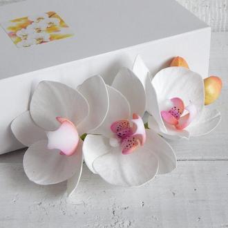 Заколка (гребень) с белыми орхидеями