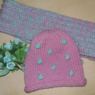 Комплект из шапочки с шишечками и шарфа-хомута